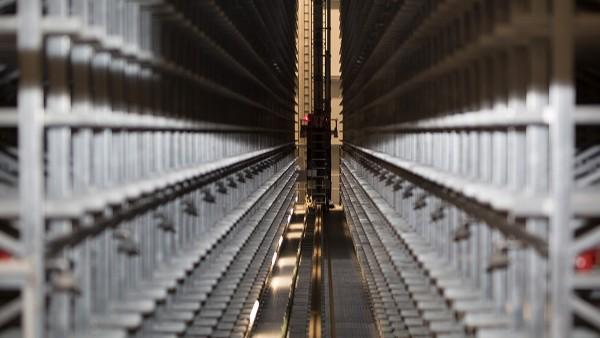 De hef- en transportaandrijvingen van de opslag- en retrievalsystemen worden continu gemonitord door SmartCheck-apparaten.
